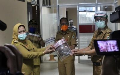 SMKN 5 Banjarmasin Donasi 800 APD Penutup Wajah Untuk RSUD Ulin